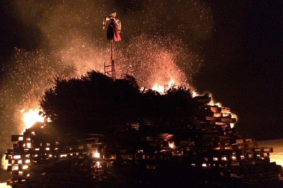 Traditionelles Funkenfeuer in Obereinharz