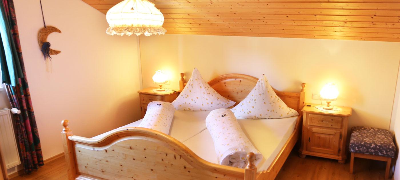 ferienwohnung kaminfeuer mit gem tlichem kachelofen. Black Bedroom Furniture Sets. Home Design Ideas